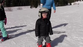 Em bé vừa trượt tuyết vừa ngủ gật cực đáng yêu