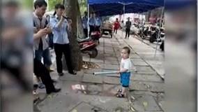 """Cậu bé 5 tuổi cầm gậy """"tả xung hữu đột"""" bảo vệ bà bán hàng rong"""
