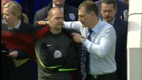 Hài hước: HLV West Ham cởi áo khoác cho trọng tài