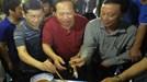 Bộ trưởng Trương Minh Tuấn ăn cá của ngư dân vừa đánh bắt