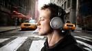 Suýt mất mạng vì thích đeo tai nghe ra phố