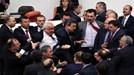 Nghị sĩ 'đấu võ', dùng chai lọ 'choảng nhau' giữa phiên họp Quốc hội