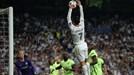 """Ronaldo tái hiện """"bàn tay Chúa"""" của Maradona"""