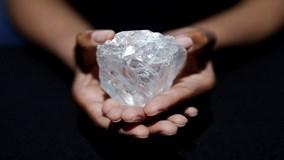 Kim cương 3 tỷ năm tuổi to bằng bóng tennis được đấu giá hơn 1.500 tỷ đồng