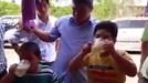 Báo nước ngoài viết về 2 cậu bé 7 tuổi Việt Nam thi uống bia