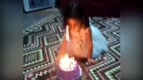 Bé gái hốt hoảng vì tóc bốc cháy khi đang thổi nến sinh nhật