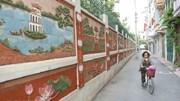 Bức tường gốm sứ đậm chất làng quê độc đáo giữa lòng Thủ đô