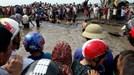 Hàng nghìn người giải cứu cá voi 15 tấn dạt vào bờ ở Nghệ An