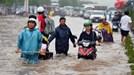 Hàng trăm nhà Hà Nội bị ngập sâu hơn 1m sau mưa lớn