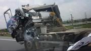 Xe bồn biến dạng sau tai nạn vẫn lăn bánh trên phố