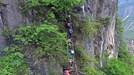 Trung Quốc: Hãi hùng cảnh học sinh leo vách đá dựng đứng đi học