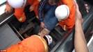TQ: Thợ sửa thang cuốn bị thang nuốt chửng