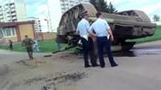 """Bi hài chuyện xe tăng Nga lật """"ngửa bụng"""" lên trời giữa thủ đô"""
