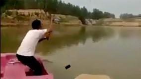 """Ném smartphone xuống hồ vì tưởng cá """"khủng"""" cắn câu"""