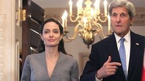 """Bỏ Brad Pitt, Angelina Jolie """"sánh đôi"""" cùng Ngoại trưởng Mỹ"""