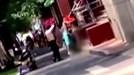 Giúp cô gái khoả thân giữa phố, 2 người đàn ông gây sốt trên mạng