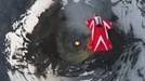 Cô gái nhảy dù trên miệng núi lửa đang phun trào