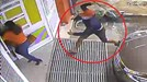 Kinh hoàng côn đồ cầm mã tấu, truy sát phụ nữ tận cửa nhà ở Gia Lai