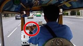 """Du khách bị giật túi sau màn """"ám hiệu lạ"""" của tài xế"""