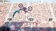 Lần đầu tiên trình diễn môtô bay lộn 2 vòng trên không