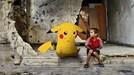 Rơi nước mắt cảnh trẻ em Syria cầm ảnh Pokemon cầu xin giải cứu