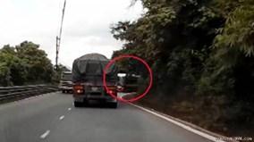 Xe khách cố tình lấn làn ép xe tải xuống rãnh trên đường đèo
