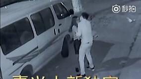 Bị bạn gái giở thói bạo hành, chàng trai si tình vẫn cố ôm hôn vỗ về