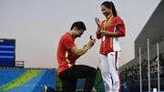 VĐV cầu hôn bạn gái nhảy cầu trên bục trao huy chương