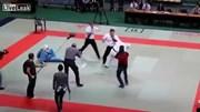 Không nghe hiệu lệnh, 2 võ sĩ karate bị trọng tài tung cước đánh gục