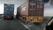 """Video: 2 container """"sát cánh rùa bò"""" gây ùn tắc trên cao tốc Long Thành"""