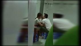 Hết ôm nhau ngủ trong rạp phim, Trấn Thành lại hôn Hari Won tại quán ăn