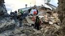 Động đất tại Italy: Lực lượng cứu hộ bới đất bằng tay để cứu người mắc kẹt