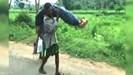 Vác thi thể vợ cuốc bộ 12km vì bệnh viện không cấp xe