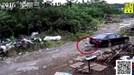 Bất cẩn, nữ tài xế lùi xe cán qua người cháu trai 2 tuổi