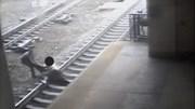 Cảnh sát liều mình cứu người tự tử ngay trước mũi tàu hỏa