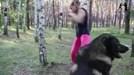 Bé gái 9 tuổi 'đấm nát' thân cây