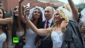 Hàng loạt cô dâu bỏ rơi chú rể để selfie với tổng thống Putin