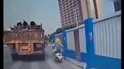 Trung Quốc: Xe tải đánh rơi khối thép nghiền nát người đi xe máy