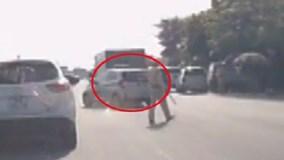 Taxi đánh võng, 'vượt mặt' hai CSGT để chạy trốn trên QL5