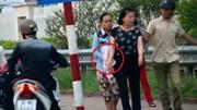 Truy tìm nhóm dàn cảnh móc túi trước cổng BV Bạch Mai