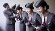 Lý do tiếp viên hàng không chắp tay sau lưng khi đón khách