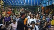 Người dân xô bảo vệ, trèo cột để xem đêm nhạc tiễn biệt Minh Thuận