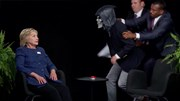 """Chương trình hài Between Two Ferns """"hỏi xoáy đáp xoay"""" bà Hillary Clinton"""