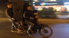 Xe máy chở cồng kềnh 'làm xiếc' trên phố