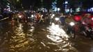 Phố Thái Hà lụt sau cơn mưa chiều