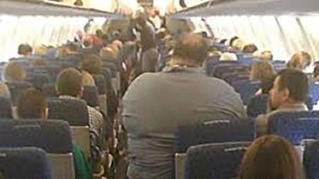 Hành khách kiện hãng hàng không vì phải ngồi cạnh người quá béo
