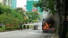 Xe buýt bốc cháy, phát nổ trên đường Lạc Long Quân