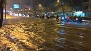 """Người Sài Gòn """"bơi"""" về nhà sau trận ngập lịch sử"""
