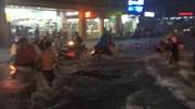 Nước chảy cuồn cuộn cuốn trôi xe máy ở ngay trên phố Sài Gòn