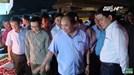 """Thủ tướng """"vi hành"""" chợ Long Biên lúc rạng sáng"""